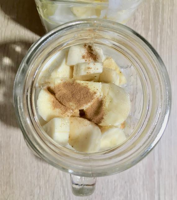 Nocne czary: banan, masło orzechowe, chia, miód - idealna owsianka