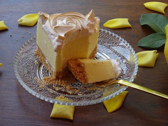 Porción de tarta de limón y merengue sin horno