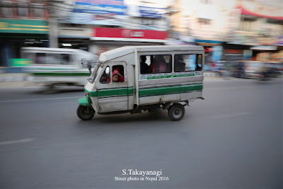 軽快に走るネパールのテンプー トゥクトゥク