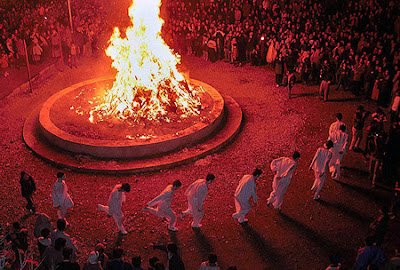 Sade is a festivity to honor fire and to defeat the forces of darkness, frost and cold. Until the Arab invasion of Iran in the seventh century, most Iranians in the powerful Persian Empire were Zoroastrians, who celebrated the feast at the start of the 30th January.