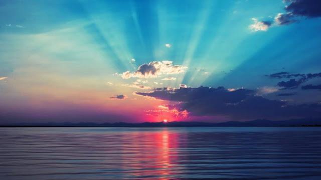 """Puasa sunnah merupakan puasa yang di lakukan oleh nabi muhammda saw dan dianjurkan untuk melaksanakanya. Puasa sunnah jika dilakukan mendapatkan pahala yang besar dan memiliki banyak hikmah dan keutamaan. Kali ini akan sedikit saya bahas mengenai macam-macam puasa sunah. Macam puasa sunah :    Macam Puasa Sunnah   a. Puasa Arafah (tanggal 9 dzulhijah), yaitu bagi orang yang tidak mengerjakan haji. Mengenai puasa arafah, Rasulullah saw, bersabda: """"Dari Abu Qatadah Al-Anshari ra, bahwasanya Rasulullah saw. Pernah ditanya mengenai puasa hari arafah, beliau bersabda,'puasa itu menghapus dosa tahun yang lalu dan tahun yang akan datang.'dan beliau ditanya mengenai puasa hari asyura, Beliau bersabda,'puasa itu menghapus dosa tahun yang lalu,'dan beliau ditanya mengenai puasa hari senin, Beliau bersabda,'hari itu adalah hari kelahiranku hari aku diutus dan hari diturunkannya Al-Quran kepadaku'. """" (HR. Muslim)  b. Puasa pada tanggal 9 dan 10 di bulan Muharram.  c. Puasa enam hari pada bulan syawal, yaitu hari-hari sesudah hari raya fitrah.  """"Dari Abu Ayyub Al-Anshari ra, bahwasanya Rasulullah saw bersabda: 'barangsiapa yang berpuasa ramadhan, kemudian diikutinya puasa itu dengsn puasa enam hari pada bulan syawal, maka pahalanya akan sama dengan puasa satu tahun'.""""(HR. Muslim)  d. Puasa pada hari senin dan kamis,  Rasulullah saw bersabda,  """"Dari Abu Hurairah ra, Ia berkata, Rasulullah saw bersabda, 'amal perbuatan itu deperiksa tiap hari senin dan kamis, maka Aku suka diperiksa amalku sedang Aku puasa'."""" (HR Turmudzi)  e. Puasa hari mi'raj Nabi saw dan puasa bulan sya'ban.  f. Puasa tiga hari pada tiap-tiap bulan  """"Dari Abu Dzarr ra, Ia berkata, Rasulullah saw mengyuruh kami berpuasa tiga hari dalam sebulan, tanggal 13, 14 dan 15."""" (HR. Nasa', Turmudzi dan disahkan oleh Ibnu Hibban).  Puasa Sunah yang Haram   Puasa sunah yang haram antara lain :  a. Puasa hari Idul Fitri dan Idul Adha  Dari bekas budak Ibnu Azhar, dia mengatakan bahwa dia pernah menghadiri shalat 'ied bersama"""