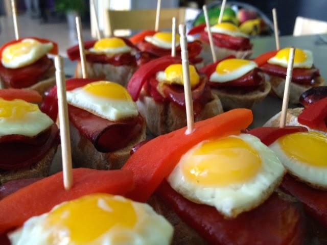 Réalisation de tapas pour buffet espagnol, oeuf de caill, chorizo,poivrons marinés