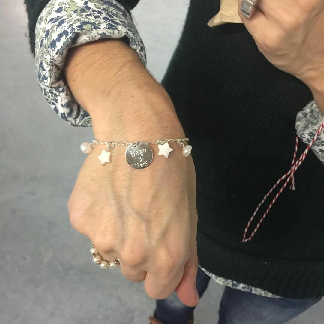 9f3665a6b Elaborada con cadena de plata cortada a medida, medalla de 15 mm para  grabar, estrellas de nácar y perlas.