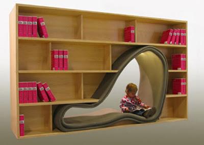 Un librero con cómodo espacio para leer.
