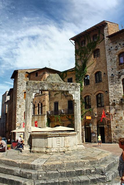 Piazza della Cisterna de San Gimignano