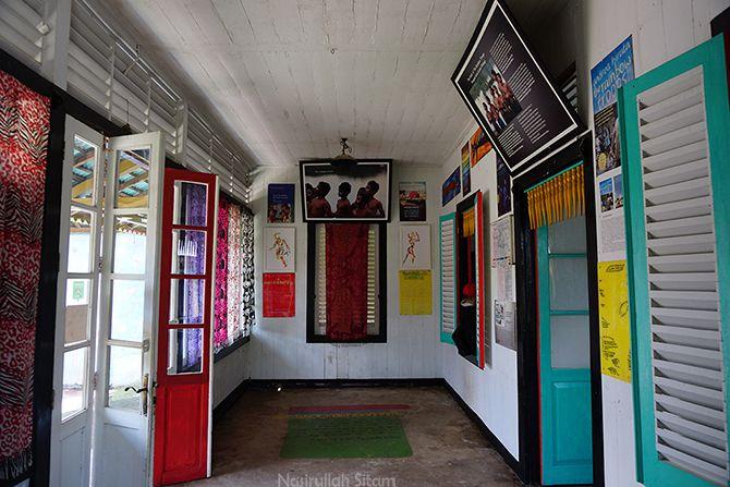 Ruangan berisi berbagai foto cuplikan Laskar Pelangi