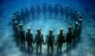 Impresionante escultura en el oceano llena de corales - arte contemporáneo.