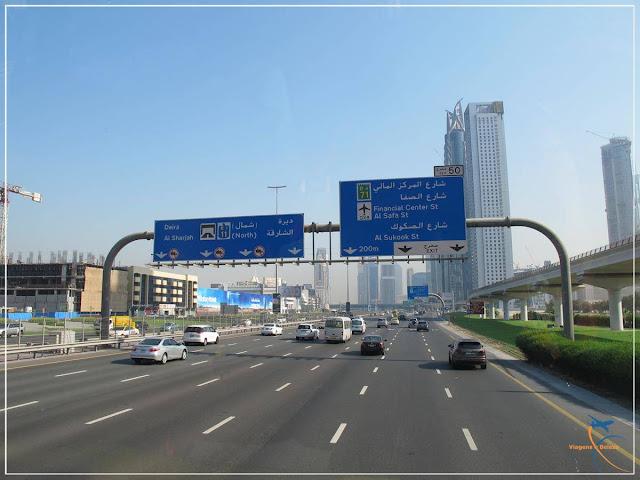 As avenidas de Dubai são bem largas