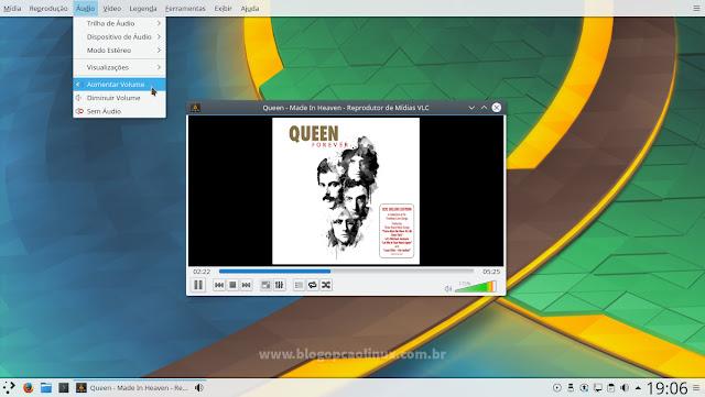 Área de trabalho do KDE Plasma 5.9, mostrando o menu do VLC Media Player no painel superior da tela