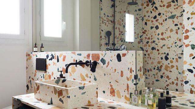 baño con paredes de gres