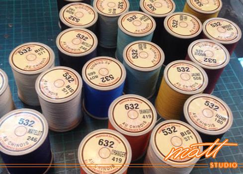 Matt Studio擁有二十餘年的專業製包經驗, 我們深知「工欲善其事,必先利其器」的重要性, 學員若想學到業界最尖端的技術,齊全的設備是最基本的要求, 連縫線、縫針也要精挑細選, 說這裡是全台最專業的皮包教室並不為過。Matt Studio是Matt老師創辦的專業皮包設計教室,提供真皮皮件手縫及車縫(機縫)教學、皮包打版、客製化商品、製包相關企業顧問等服務。