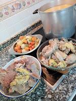 Olla con caldo de Navidad, carnes y verduras.