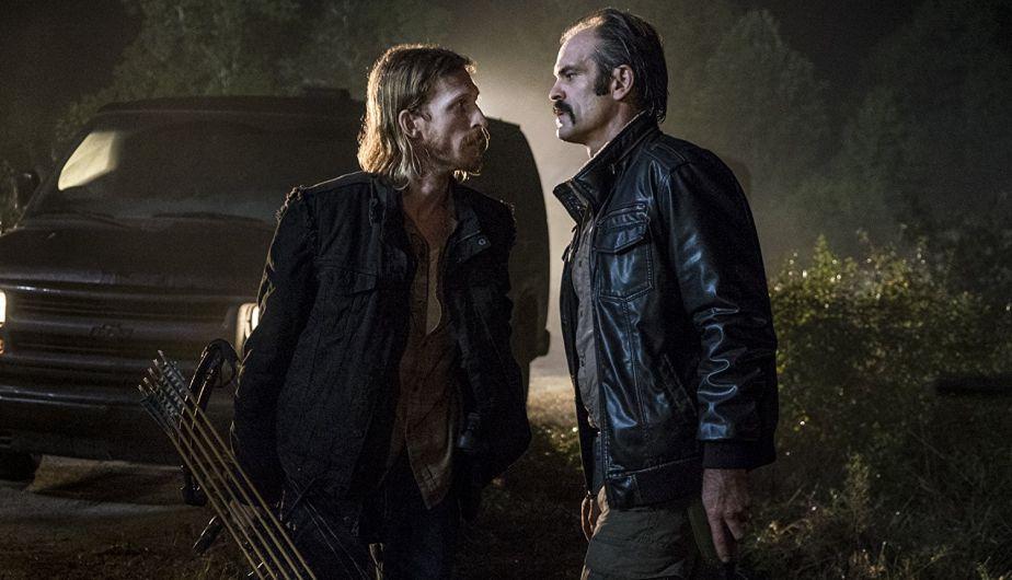 Simon y Dwight, en el episodio 8x13 Do Not Send Us Astray de The Walking Dead