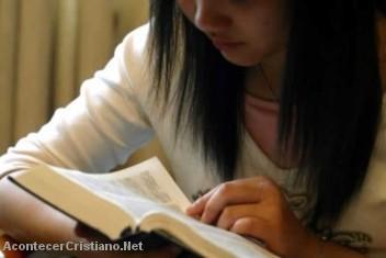 Niña leyendo su Biblia en país asiático