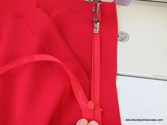 costura central trasera falda con cremallera invisible