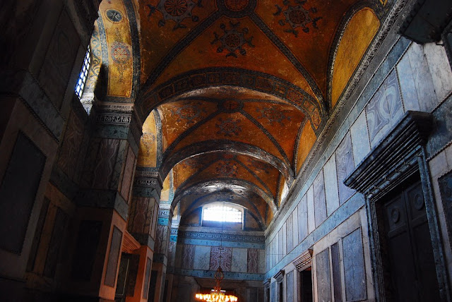 Le narthex est un long couloir séparant l'extérieur de la basilique proprement dite.