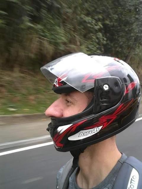 Para alegria de seus bilhões de pacatos e ordeiros torcedores, o Invencível Mengão vai participar do campeonato mundial de Motovelocidade.  Na foto, Uóchiton Nareba, o piloto da NaSSão.  Se a moto é roubada?! Isso não sei.