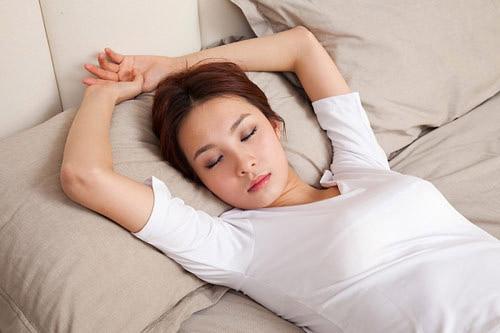 Ngủ đưa 2 tay thư giãn qua đầu