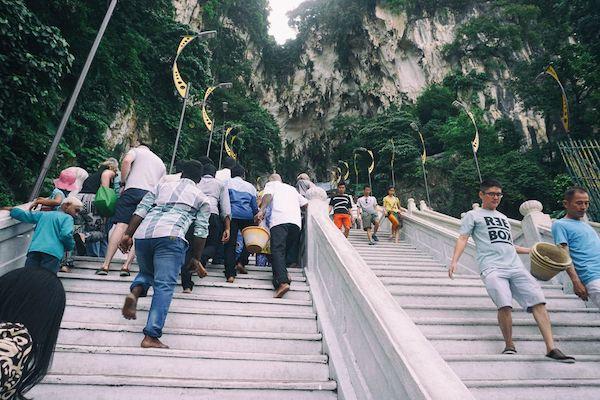 結構急坂のバトゥ洞窟ヒンドゥ寺院に向かう階段