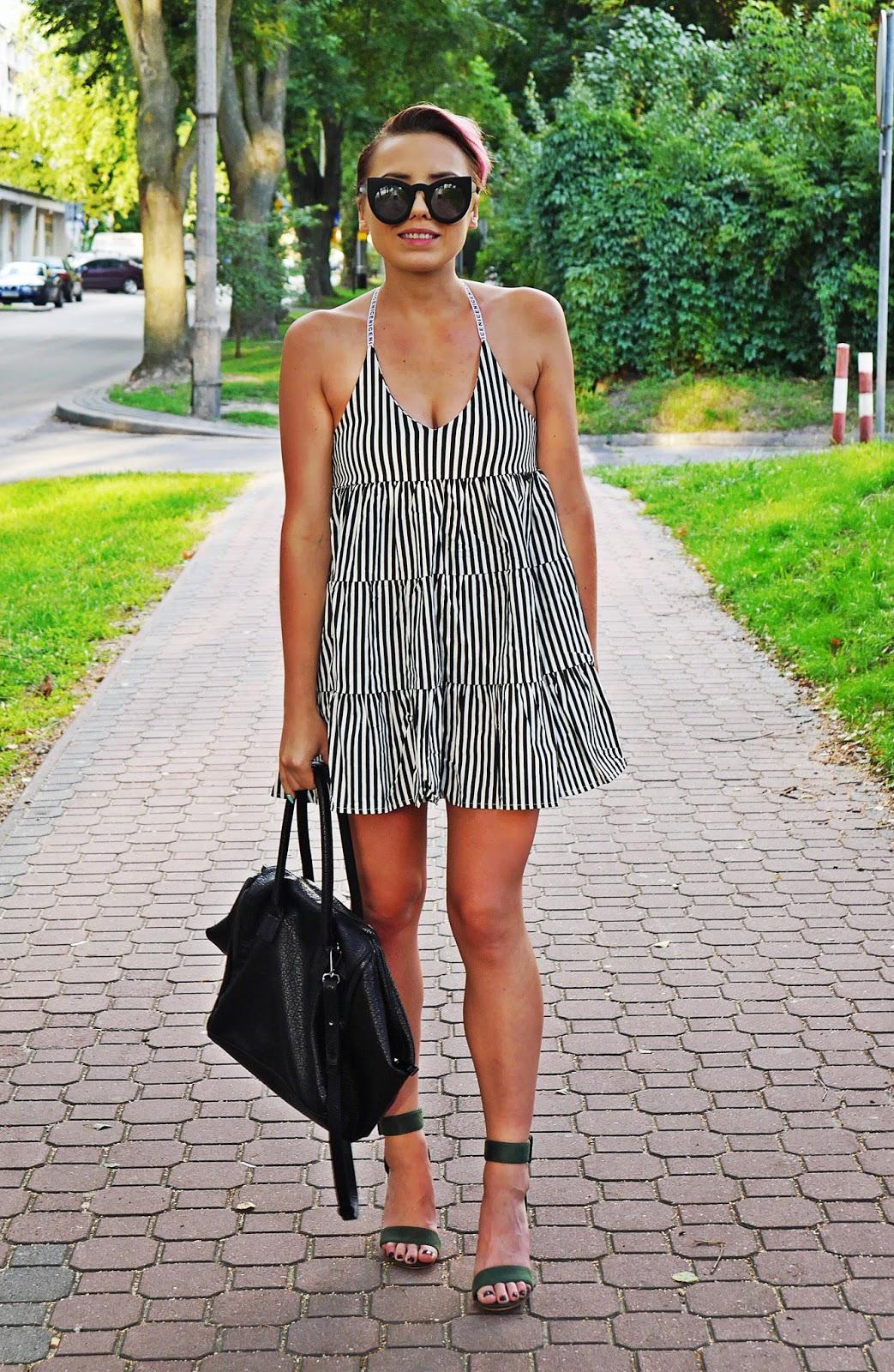 oversizowa_sukienka_w_pasy_zielone_sandaly_na_przezroczystym_slupku_karyn_blog_010817c