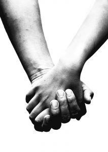 "Mencari Sahabat Dunia Akhirat  Sesosok Penuh Makna  Seorang sahabat adalah sosok yang sangat berharga bagi kehidupan seseorang. Kehidupan seseorang akan terwarnai dengan hadirnya seorang sahabat di sisinya. Jika sahabatnya baik, maka ia akan menjadi baik pula. Namun bila sahabatnya buruk, maka sudah sangat mungkin terjadi ia akan terwarnai olehnya.  Indah sekali apa yang pernah Rasulullah ibaratkan tentang seorang sahabat yang beliau umpamakan dengan penjual minyak wangi dan pandai besi. Jika berteman dengan penjual minyak wangi, minimal akan mendapat dan mencium wanginya. Berteman dengan seorang pandai besi, bisa-bisa percikan apinya mengenai tubuh dan juga kedapatan bau busuknya. Sungguh beruntung seseorang yang mendapatkan sahabat sejati, yang memuji dibelakangnya dan mengoreksi didepannya.  Maka oleh sebab itu, pandai-pandailah dalam mencari teman atau sahabat. Karena boleh jadi ia akan menjadi pemandumu ke surga atau malah sebaliknya menjadi kendaraanmu menuju ke neraka.  Hanyakah Sebuah Permainan??  Ada sebuah pertanyaan, apakah persahabatanmu sekedar permainan yang bisa ditinggalkan ketika kamu merasa bosan?  Sebelum menjawab pertanyaan tersebut, perlu diyakini bahwa kehidupan yang kita jalani ibarat sebuah perjalanan. Ada pepatah mengatakan, ""Carilah teman sebelum melakukan perjalanan."" Sebab teman bagi seorang musafir bagaikan kehidupan dan ruhnya.  Oleh sebab itu jika persahabatan hanya sekedar permainan, maka tak ayal perjalananmu tidak akan nyaman hingga tujuan bahkan lebih buruk dari itu.  Timbul lagi sebuah pertanyaan, ""Lalu siapakah yang layak menjadi sahabat saya?""  Rasulullah Saw telah bersabda bahwa agama seseorang bisa dilihat dari agama teman dekatnya. Itu artinya bahwa perangai, perilaku, dan tabiat seseorang dapat dilihat kepada siapakah seseorang itu bergaul. Maka hendakalah berhati-hati dalam memilih seorang teman. Karena bisa jadi suatu saat engkau akan menjerit dan menyesali keputusanmu persis sebagaimana firman Allah ;  يَا وَيْلَتَا لَيْت"