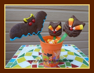 Black Cat Cookies | www.BakingInATornado.com | #recipe #Halloween