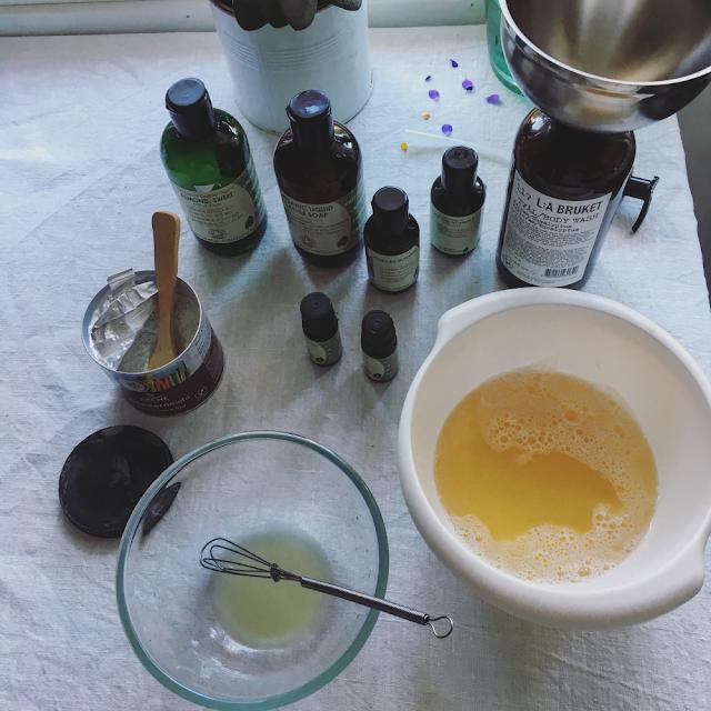 Ingredienser til å lage flytende, kremete håndsåpe