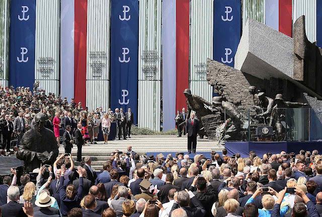 Uma multidão ovacionou o presidente Trump em Varsóvia