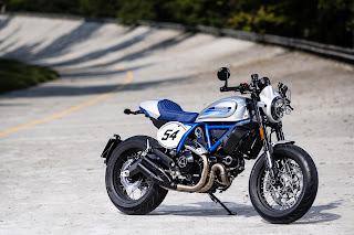 Ducati Scrambler Cafe Racer ambience-azul