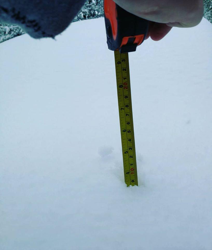 Ar metramēru mēra sniega biezumu