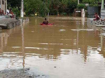 Fortes chuva Rio Jiquiriçá invade ruas em bairros de Ubaíra