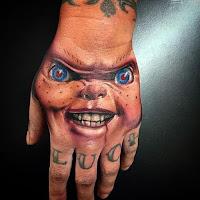 tatuaje para halloween chucky en la mano
