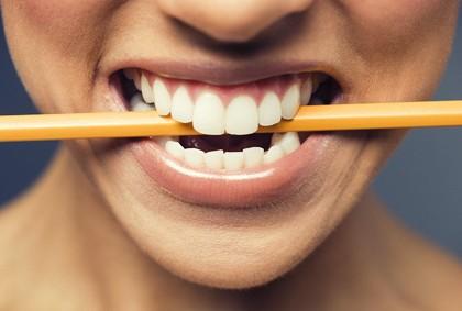lápiz entre los dientes