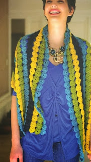 http://patronesparacrochet.blogspot.com.es/2014/02/chal-tiras-flores-crochet-patron.html