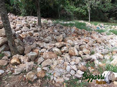 Pedra moledo para construção de muro de pedra.