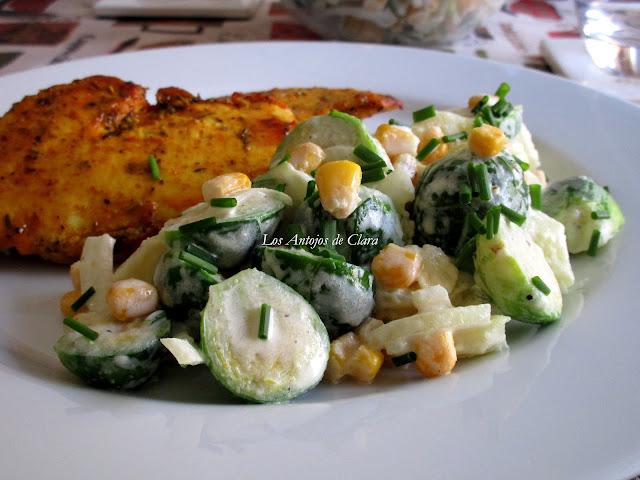Ensalada de repollitos con papas, maíz, cebolla dulce y crema