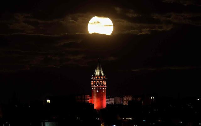Mặt Trăng bị che phủ bởi những đám mây dày trên bầu trời tòa tháp lịch sử Galata ở thủ đô Istanbul của nước Thổ Nhĩ Kỳ. Hình ảnh: Yagiz Karahan/Reuters.