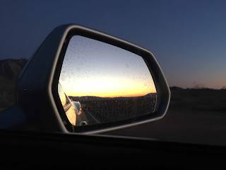 Oli kiva alkaa olla jo ihmisten ilmoilla, kun pimeys nielaisi Death Valleyn takanamme
