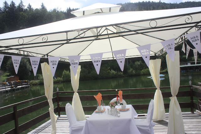 Kaffeetisch für Zwei auf dem Floss - Mr & Mrs - kleine Hochzeit zu Zweit in Garmisch-Partenkirchen, Bayern, im Hochzeitshotel Riessersee Hotel - Just a two of us - Wedding in Bavaria during your holidays