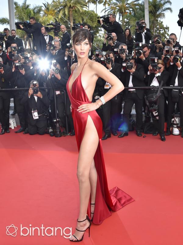 Bella Hadid seksi dengan gaun pamer miss v