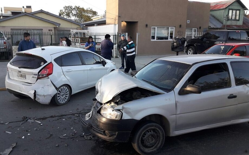 Borracho choca un auto detenido