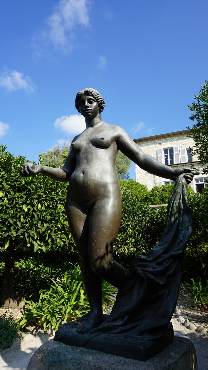 Venus victrix sculpture in front of the Renoir museum