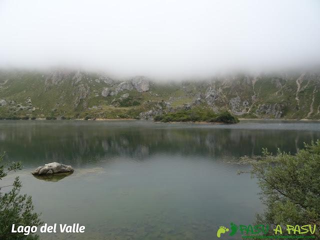 Ruta a Peña Chana: isolote del Lago del Valle
