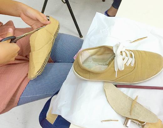 横浜美術学院の中学生教室 美術クラブ 「紙でつくる靴」組み立てる工程2