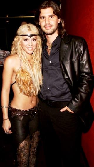 Foto de Shakira y Antonio de la Rúa con una mano en el bolsillo