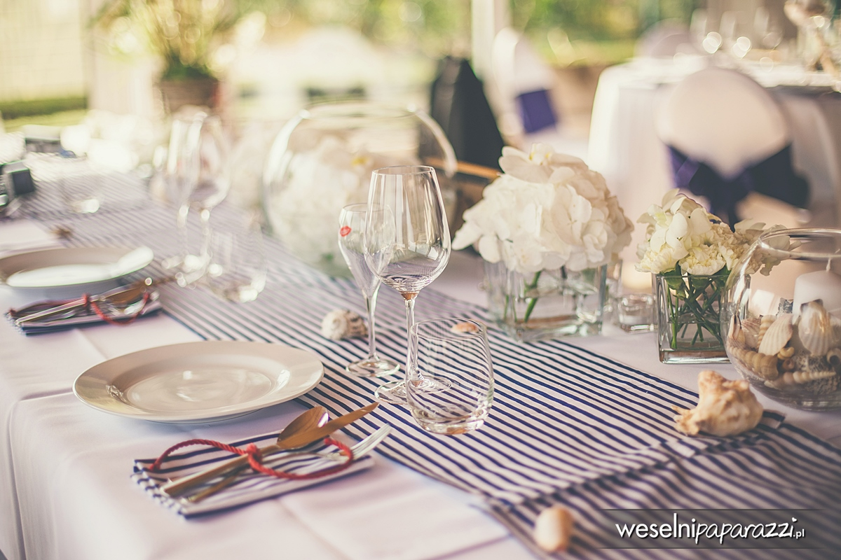 Ozdoby na stole weselnym w stylu marynistycznym.