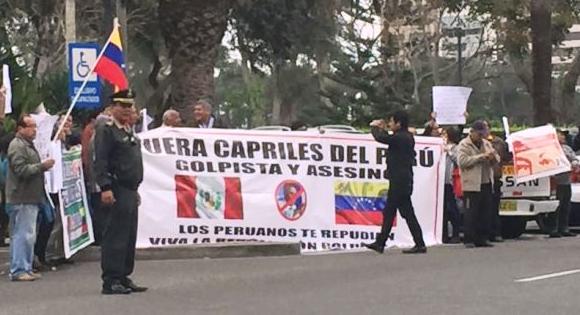 Peruanos repudian presencia de Capriles en el Perú