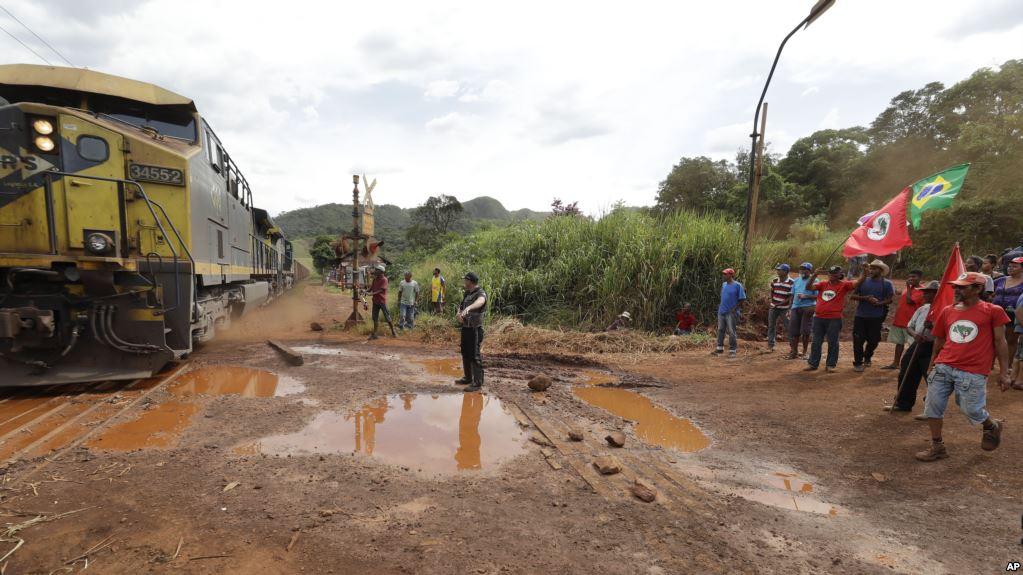 Se indica que todavía hay 199 personas desaparecidas por el colapso de un dique de relaves el viernes en la mina de hierro / AP