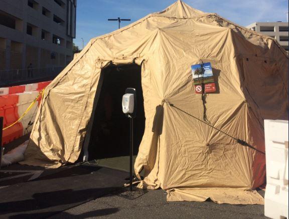 «Εμπόλεμη ζώνη» η Καλιφόρνια - Στήνουν τέντες σε υπαίθριους χώρους για τους ασθενείς με γρίπη