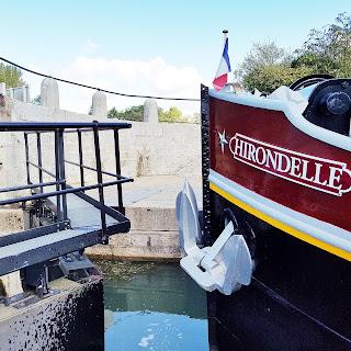 une péniche de croisière le long du canal du centre